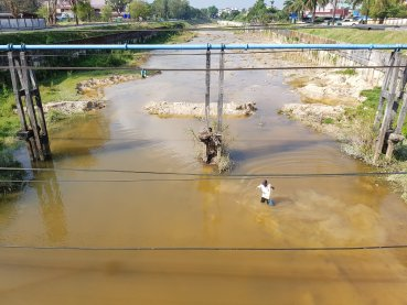 Contrasts: polluted water or fishing ground? Survival against recreation